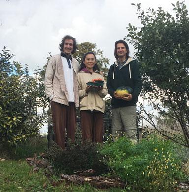 Im entstehenden Waldgarten: Stefan, Vana und Rob