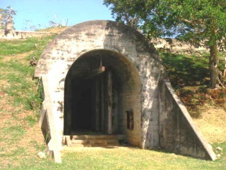日本軍爆弾格納庫跡