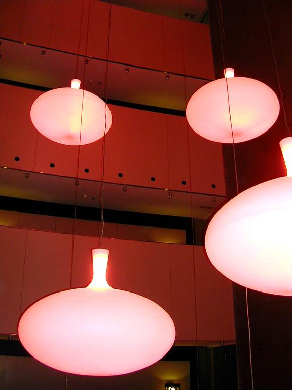 Die Sicht auf die Lampen von unten im Hotel Vincci condal mar.
