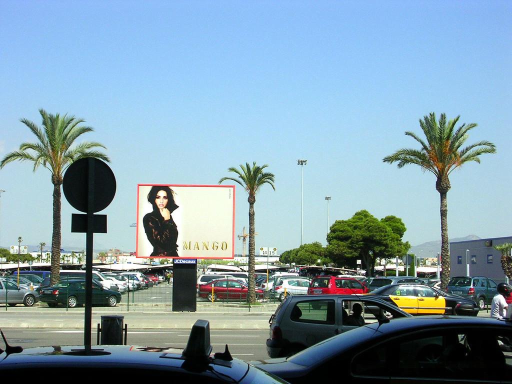 Vor dem Flughafen.