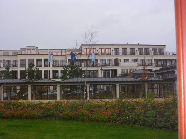 Blick auf den Haupteingang des Hotels.