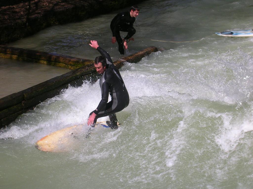 Surfer auf der Isar.