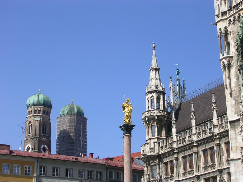 Rathaus mit den Türmen der Frauebkirche im Hintergrund.