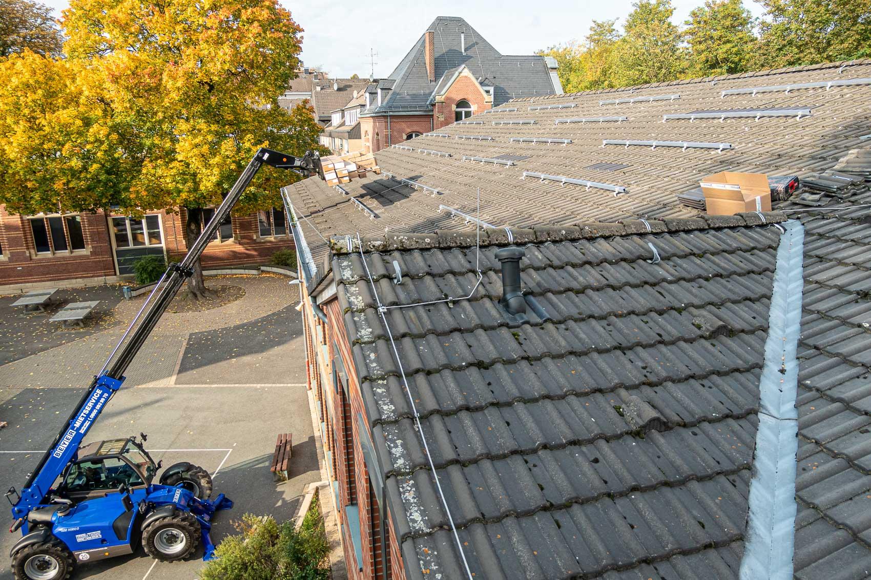 Montiertes Montagesystem auf der linken Dachhälfte