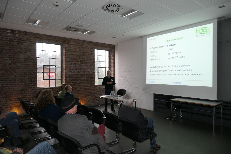 Rolf Kinder informiert in einem Vortrag über die Arbeit der bbeg
