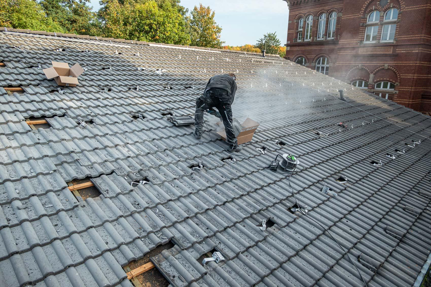 Montage der Montagehaken auf der rechten Dachhälfte