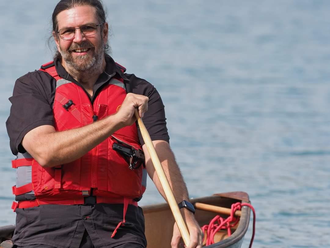Im Soloboot ist der Abstand trotz gewinnendem Lächeln gewahrt.