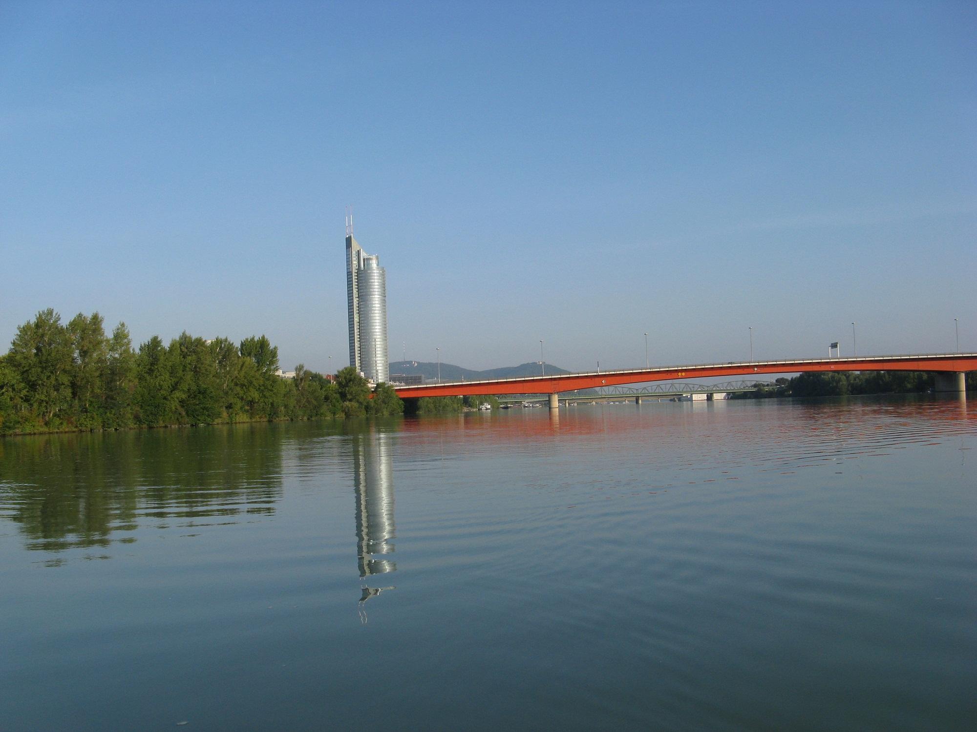 Ganz in der Früh ist meist kein Wind und die Donau ist glatt wie ein See: Brigittenauer Brücke mit Millennium Tower.