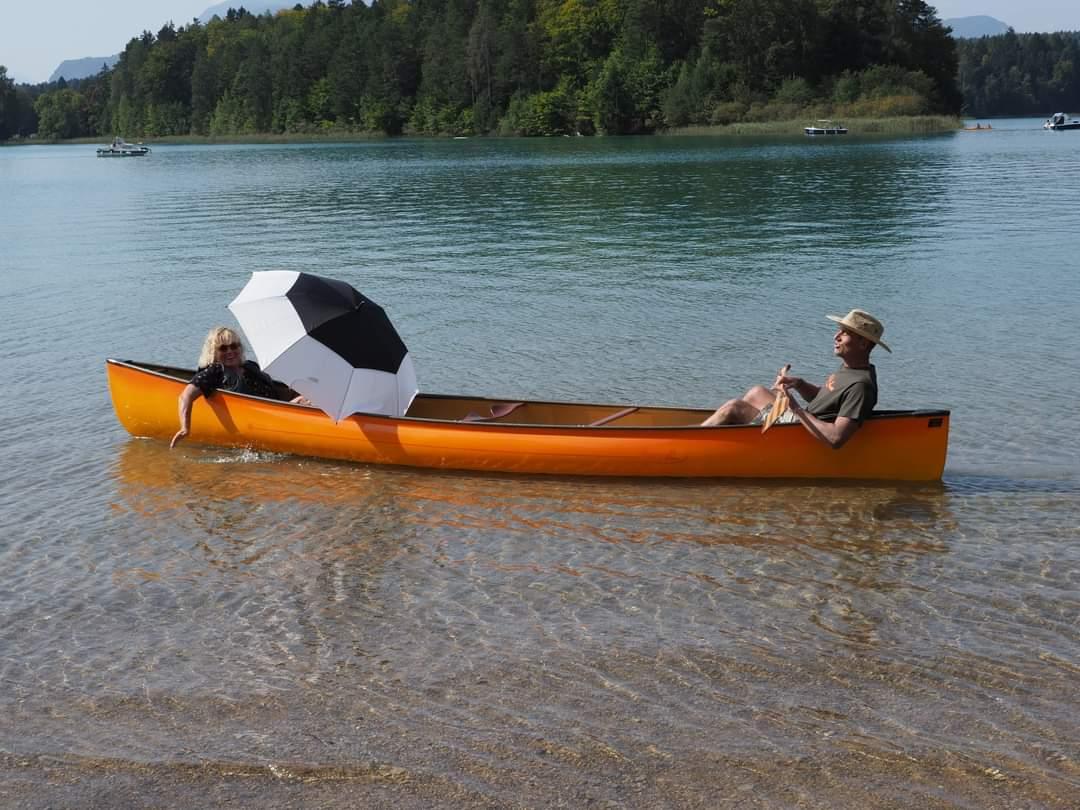 Susi und Helmut machen es vor: physische Distanz im Kanu.