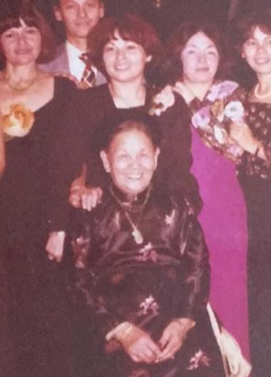 Ma grand-mère en tenue traditionnelle, et juste derrière ma maman (1977)