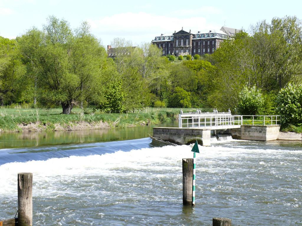 Umgebung - Unstrut im Hintergrund Schloss in Burgscheidungen