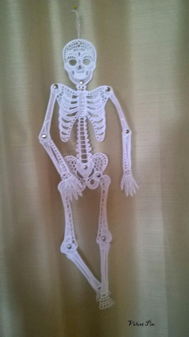 Zu Halloween gehören Skelette und Schädel. Das Skelett ist von OESD