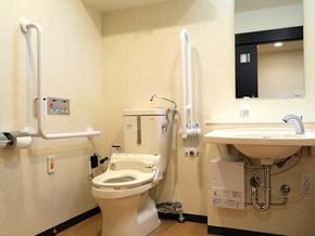 1F共用部のトイレ バリアフリートイレは、お一人でも、介護付きのご利用でも、スムースに対応できる充分な広さとレイアウトになっています。