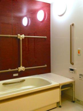 ご自宅のようなバスルーム ご自宅の御風呂のような落ち着いた雰囲気のバスルームで、お一人ずつ寛ぎタイムを楽しんで頂けます。