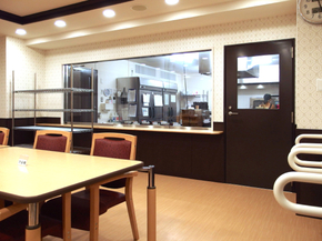 オープンな厨房 キッチンスタッフとお食事をされる入居者様が、常に顔の見えるガラス張りのキッチンで、毎日のお食事をご用意します。