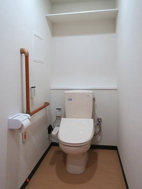 個室内のトイレ ゆったりしたバリアフリー設計と、充分な収納スペースでスッキリした暮らしを支えます。