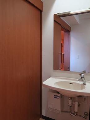 個室の洗面所 個室の入口脇に、止め忘れの心配も無く、充分な給水量に調整された洗面台が設置されています。