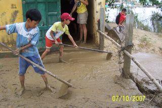 Nettoyage après crue de la salle de cours de soutien et de Français quartier Vy da