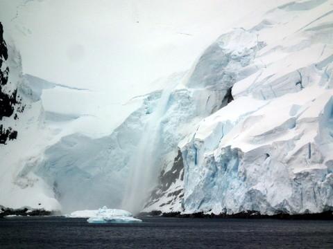 ... links das eisbedeckte Festland der Antarktis ...