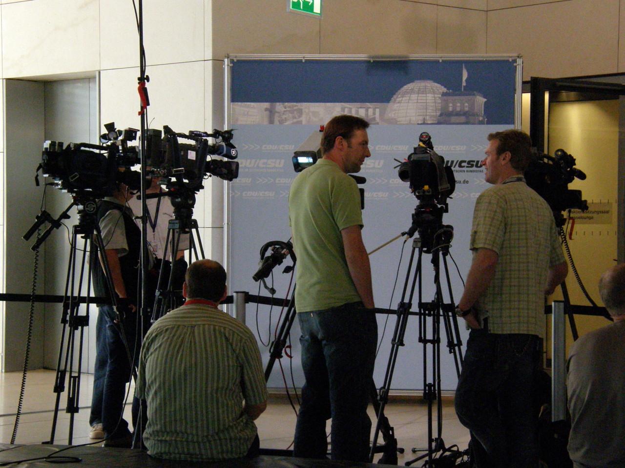 Während Journalisten auf CDU-Abgeordnete warten, ...