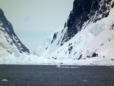 ... dazwischen ein schmaler Kanal, dicht gefüllt mit Eisschollen