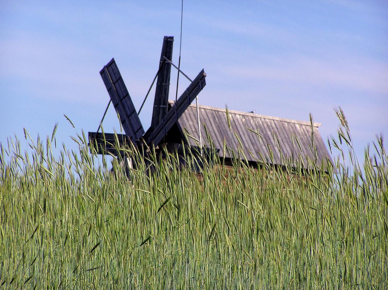 Das heutige Museumsdorf umfaßt auch eine Windmühle, ...