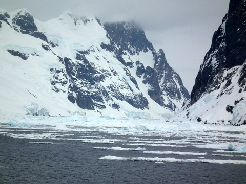 wir müssen umkehren und außen um die Inseln fahren, freuen uns aber an dem herrlichen Anblick bei nebelfreiem schönem Wetter