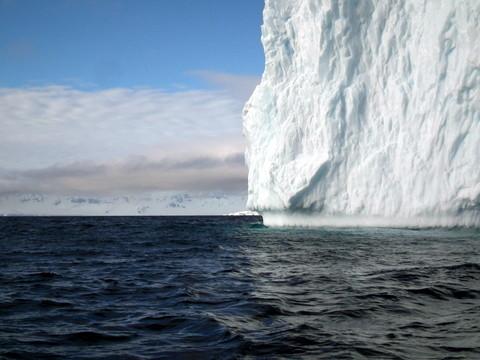 noch eimal eine ausgedehnte Zodiacfahrt entlang eines Eisberges ...