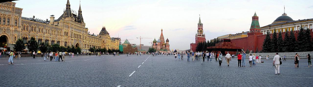 ... betraten wir den Roten Platz: rechts die Kremlmauer und das Leninmausoleum, links ...