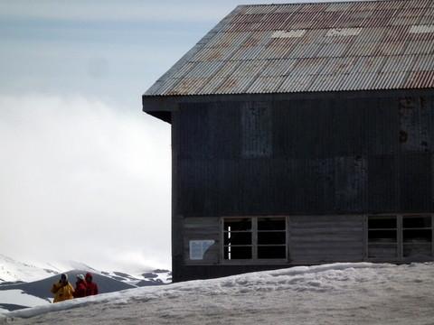 ... und eines Hangars: von hier aus wurden mit Flugzeugen Depots für Südpol Expeditionen angelegt