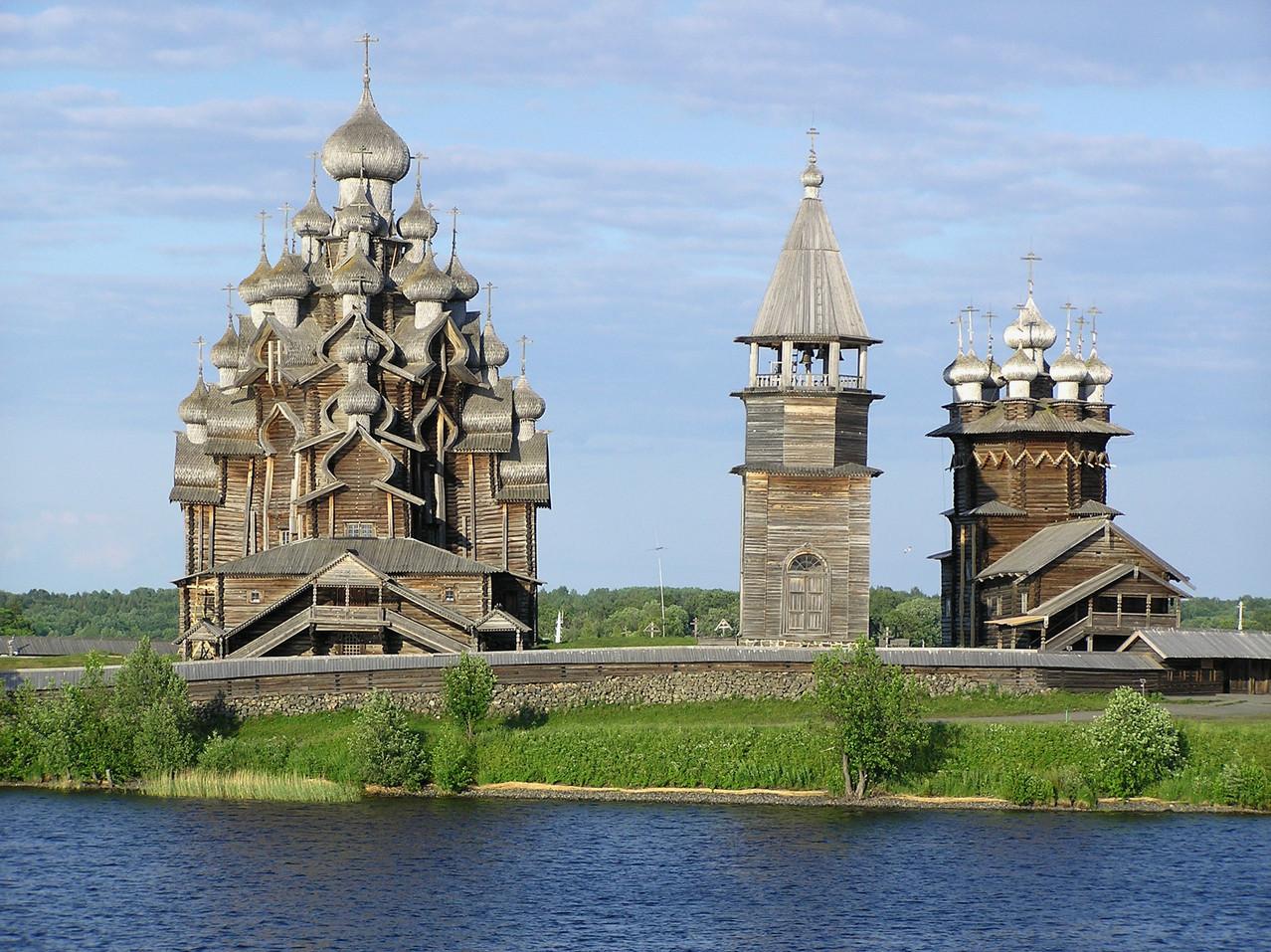 Der nördlichste Punkt unserer Reise ist der Höhepunkt: Sommerkirche, Glockenturm und Winterkirche ...