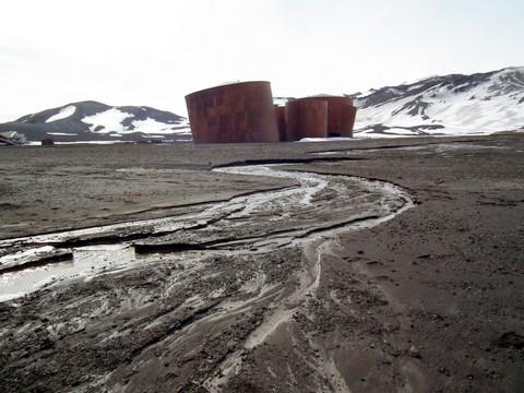 eine Vulkankrater Insel - das Meer füllt den Krater, der nur eine schmale Einfahrt für Schiffe lässt