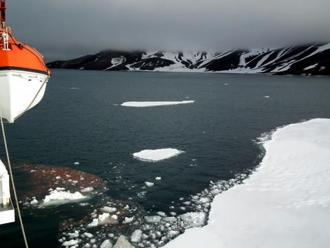 und bricht eine Schneise ins Eis