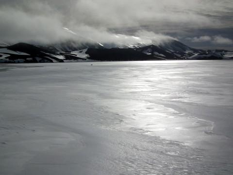 der halbe Krater mit Fast-Ice bedeckt - gefrorenes Meer, 50cm dick - wie am Längsee