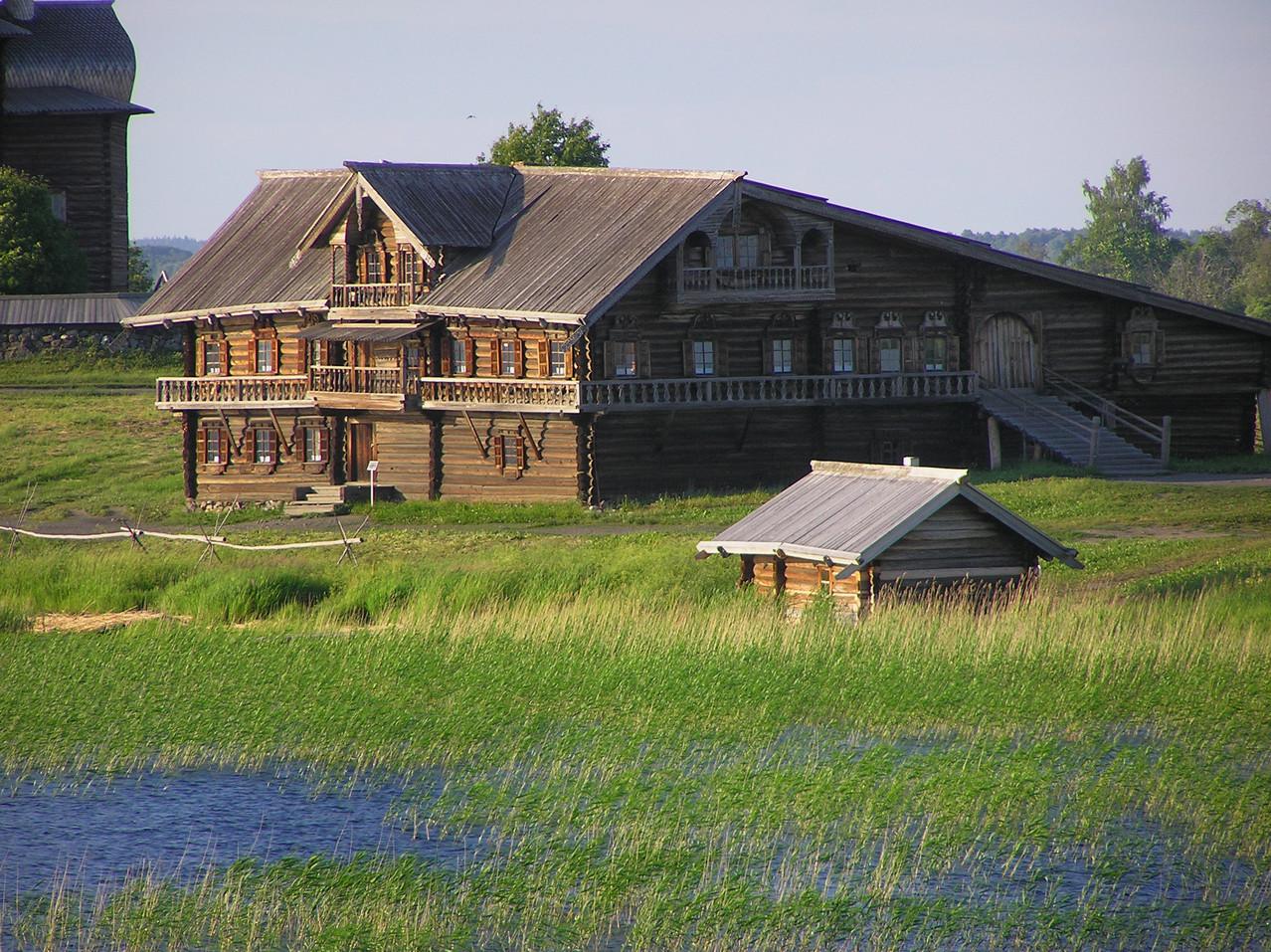... ein Bauernhaus mit Sauna und noch weitere Häuser und Kirchen.