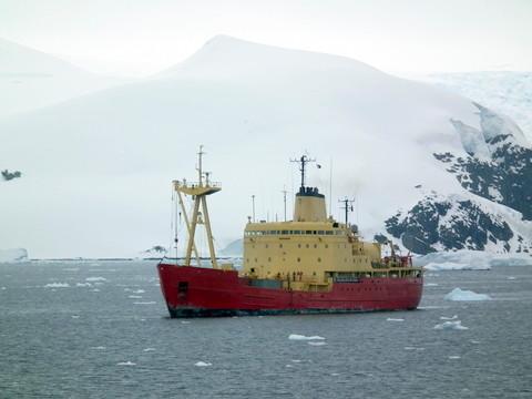 ... von einem Versorgungsschiff aus für den Sommer wieder eingerichtet wird