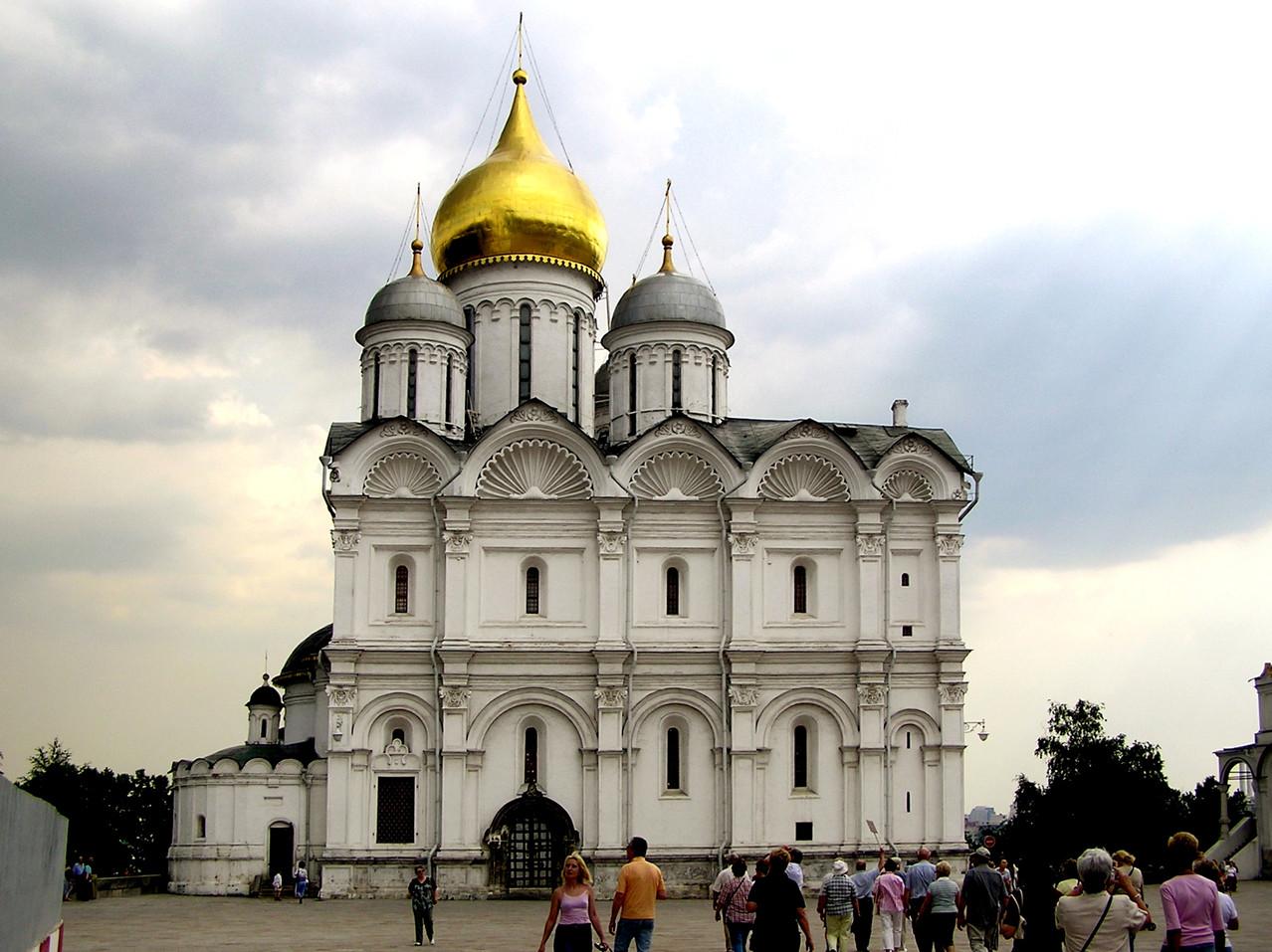 und gegenüber die Erzengel-Kathedrale aus 1505, in der die Zaren und Großfürsten bestattet wurden: 48 Sarkophage