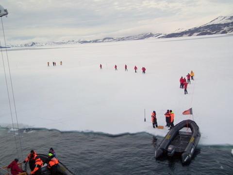 so können die Passagiere nach 5m Fahrt anlanden und das Schiff von außen fotografieren