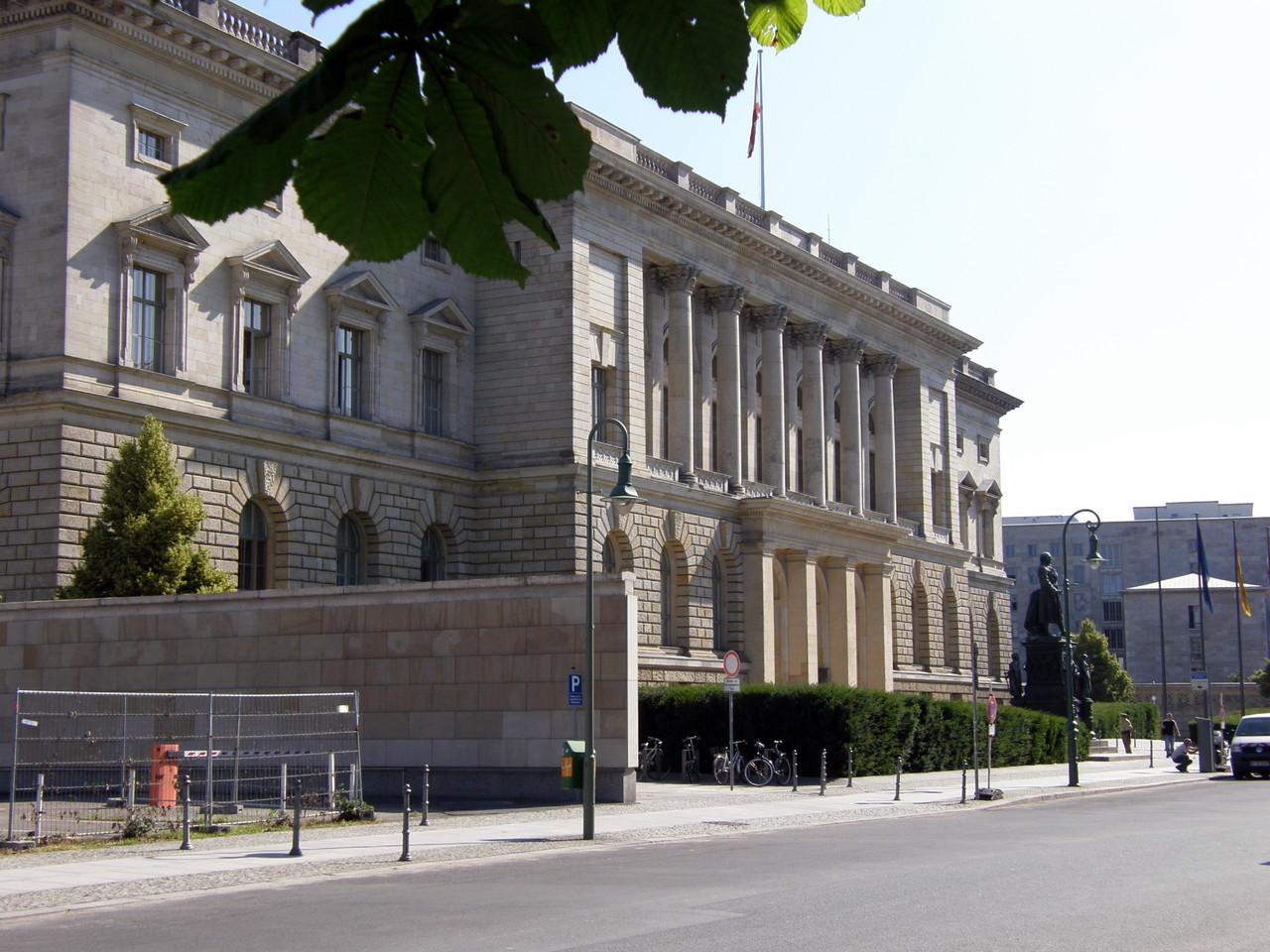 Am nächsten Morgen: Berliner Abgeordnetenhaus, ehemals Preußischer Landtag ...