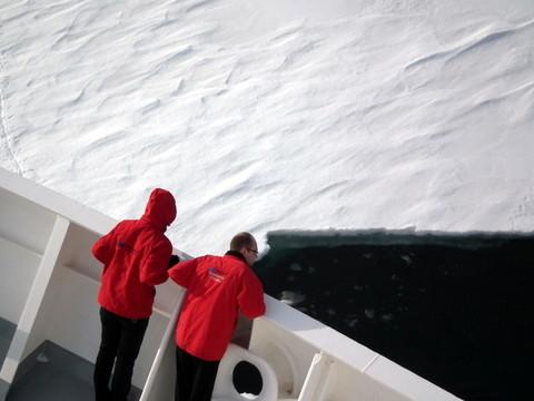 unser Kapitän stellt die Eisklasse des Schiffes unter Beweis ...