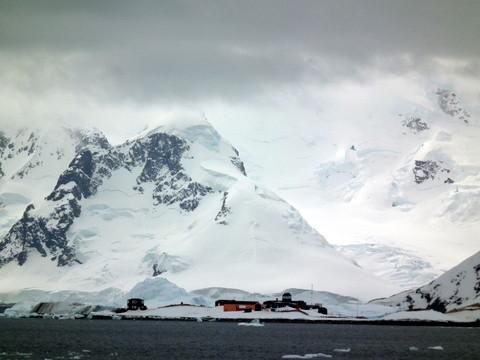wir machen eine einstündige Zodiacfahrt entlang der Gletscher in einer Bucht, die ihren Namen von rauhen Walfänger Gesellen bekommen hat