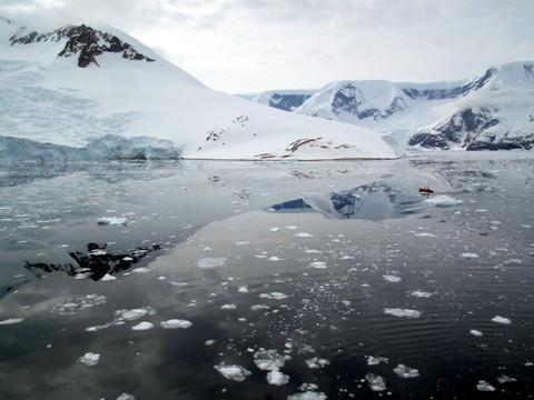 Neko Harbour, umgeben von Gletschern besteigen wir die Zodiacs, landen an und ...