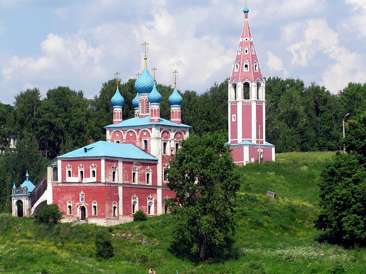 ... und etliche ufernahe Kirchen, zu deren Füßen sich die Badegäste tummeln.