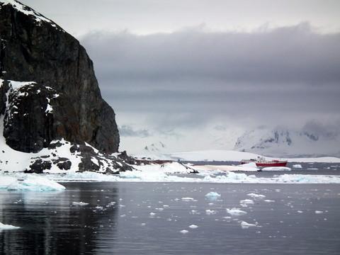durch unbeschreibliche Landschaft entlang der Antarktischen Halbinsel nähern wir uns dem Punkt, wo wir unseren Fuß auf den Boden der Antarktis setzen werden