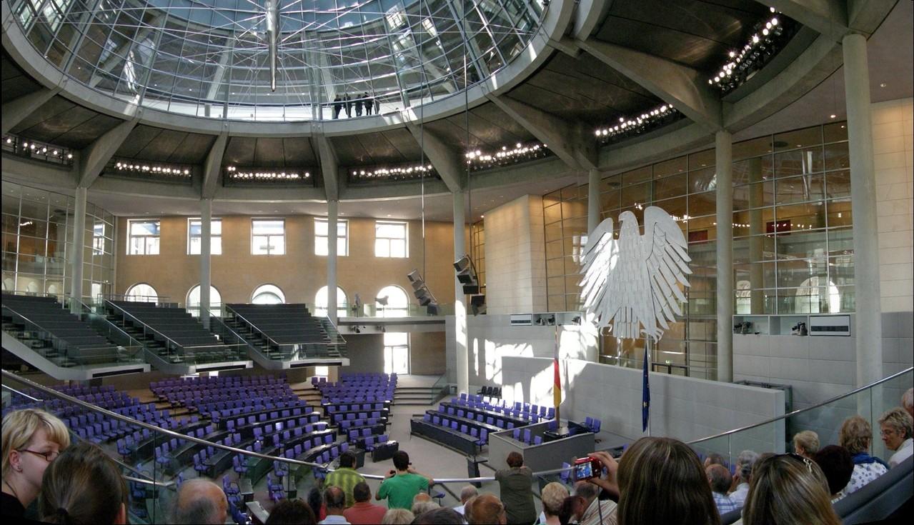 Die wunderbare Glaskuppel sorgt für Tageslicht im Plenarsaal.