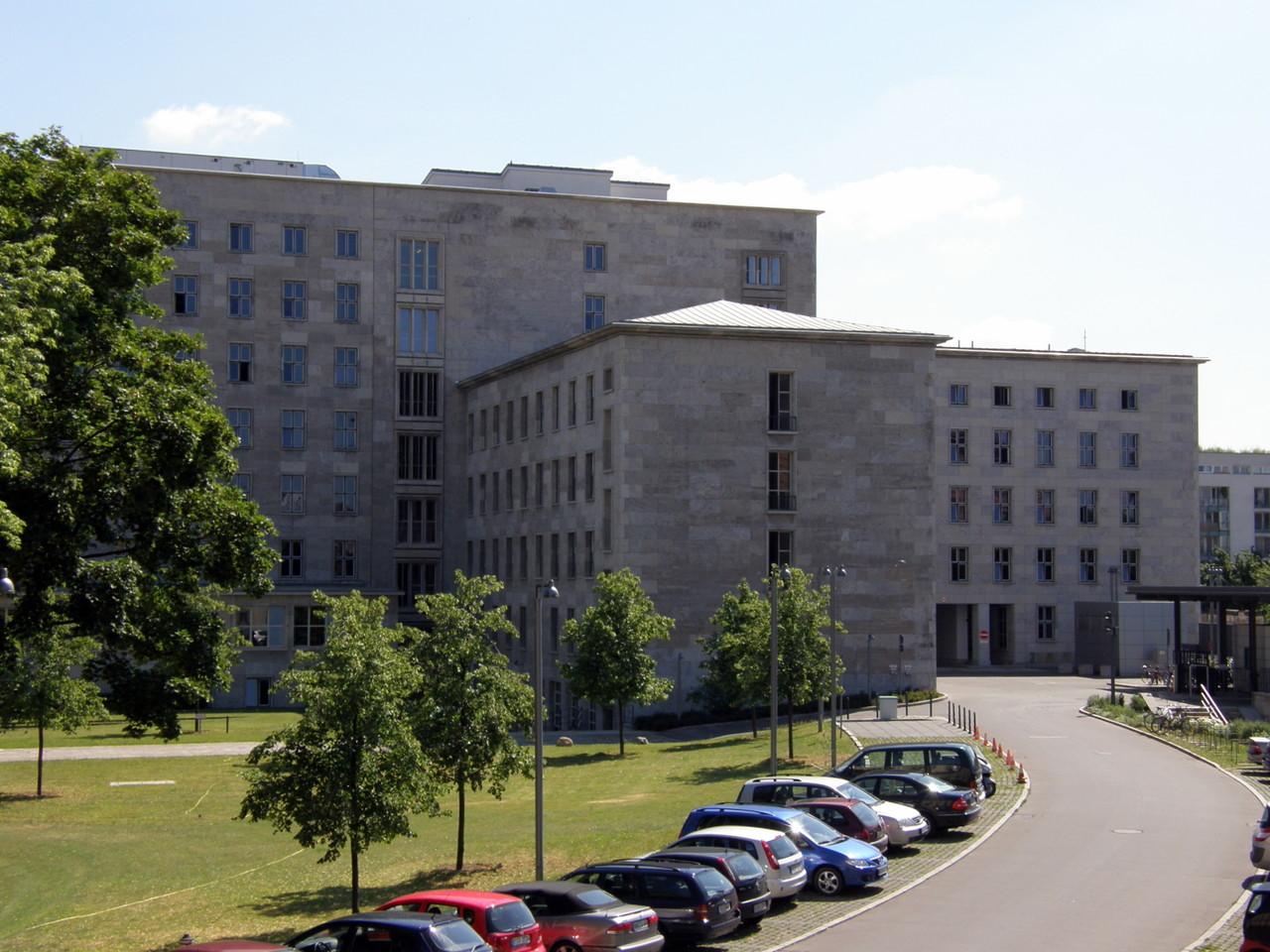 ... und links daneben das ehemalige Reichsluftfahrtministerium, ...