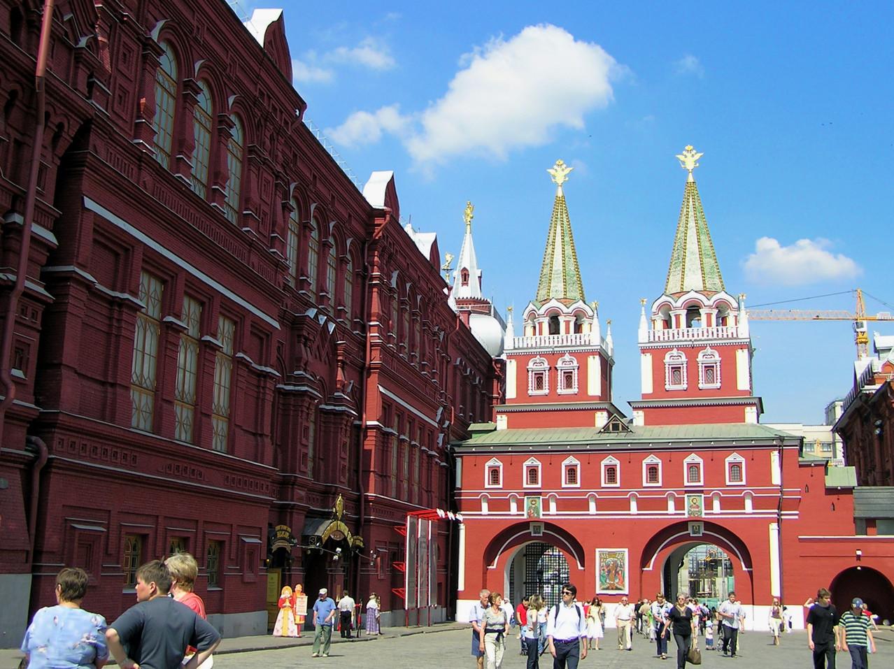 Durch die Tore neben dem Nationalmuseum ...