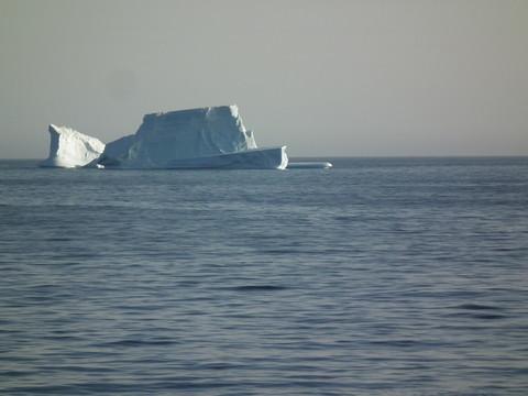 unser 1. Eisberg auf dem Weg zu unserer 2. Landestelle, ...
