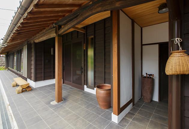 建物の雰囲気にあわせて間口を広げた玄関