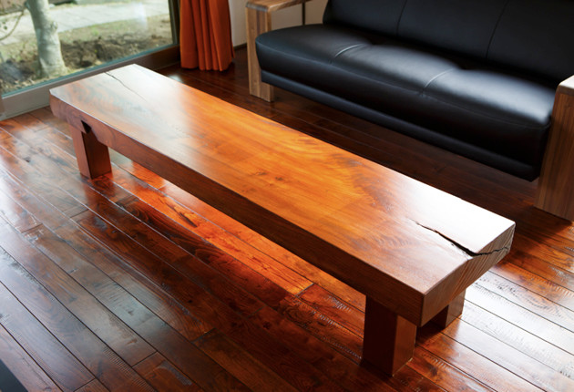 欅の一枚板を加工してローテーブルに。